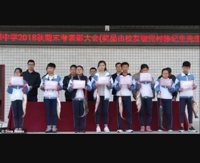 Chinese school awards 30 best students with fresh fish for doing well in exams (Photos)
