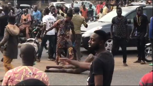 suspected kidnapper is stripped, Moment suspected kidnapper is stripped, beaten, paraded naked and had tyre thrown round his neck (video)