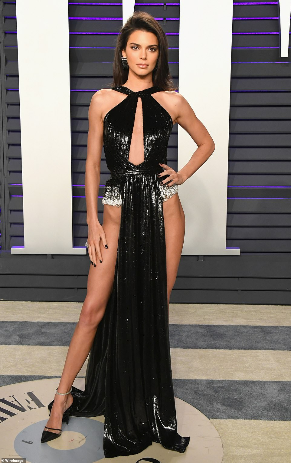 Kendall Jenner goes underwear-free in risky high-cut dress to Vanity Fair Oscar Party (Photos)