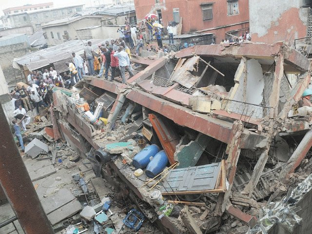 Update: Wailing parents storm hospitals in Lagos Island to see the state of their children rescued from collapsed school building (video)
