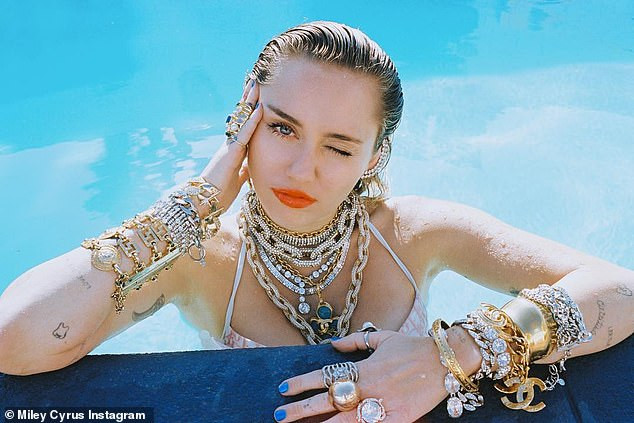 Miley Cyrus shares sultry bikini photos on Instagram?