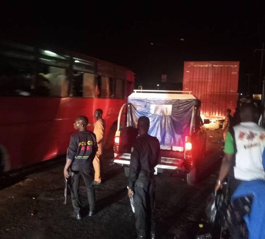 Photos: Container?falls?on a commercial bus along?Ketu Bridge