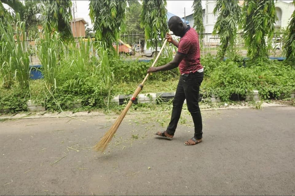 Photos: Traffic offenders forced to cut grass in Edo state