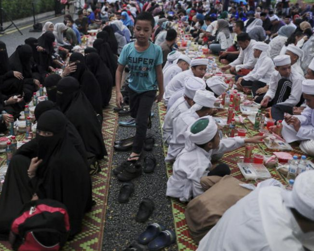 "Malaysian""Islamic officials disguise as waiters to catch Muslims not fasting and offenders can be punished with up to 6 months in jail""photo"