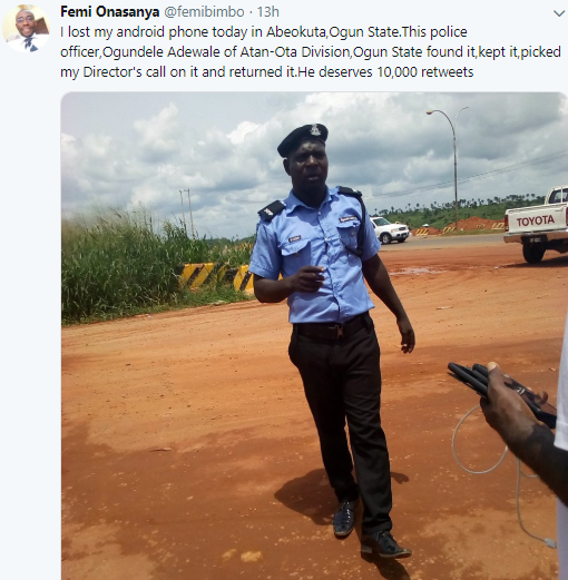 Twitter user applauds police officer who found his phone in Abeokuta and returned it to him (photo)