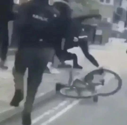 Gang film themselves stabbing a young man after which they left him lying on the pavement (video)