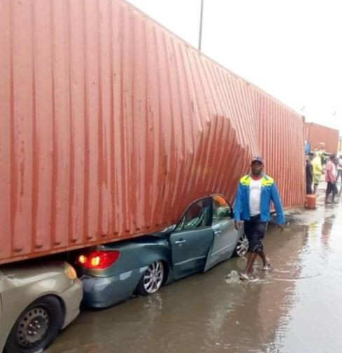 ?Container falls on multiple vehicles in Apapa, Lagos (Photos)