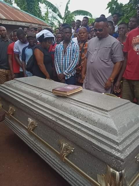 Nigerian lady mourns her boyfriend who was murdered in Aba as he is laid to rest