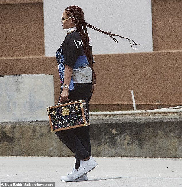 Rihanna arrives her hometown in Barbados (Photos)