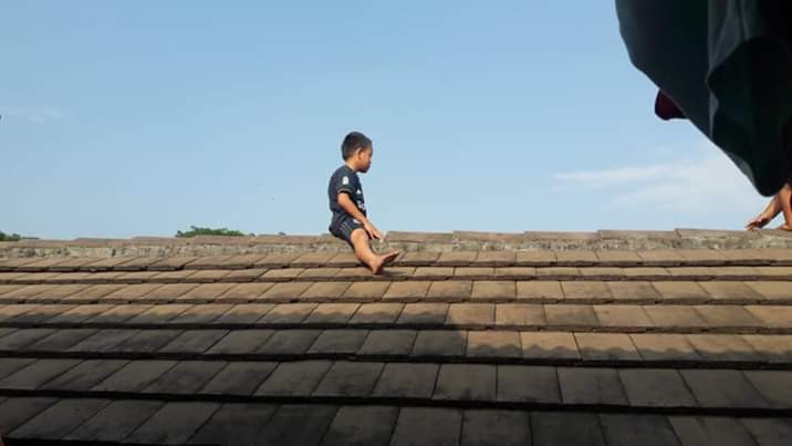 Photo: Little boy scared of getting circumcised climbed up a roof and refused to come down for three hours