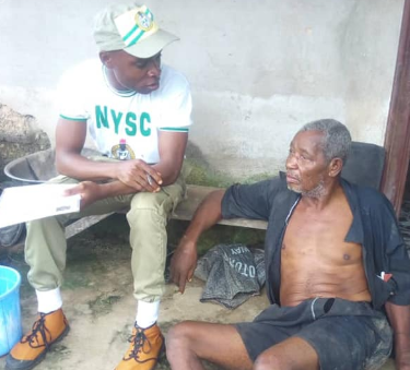 Corps members serving in Bayelsa warm the hearts of many with their act of kindness towards a sick old man (photos)