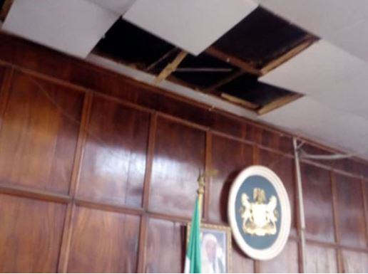Lawmakers run for their lives as huge snake falls from the roof of Ondo State House of assembly during plenary (Photos)