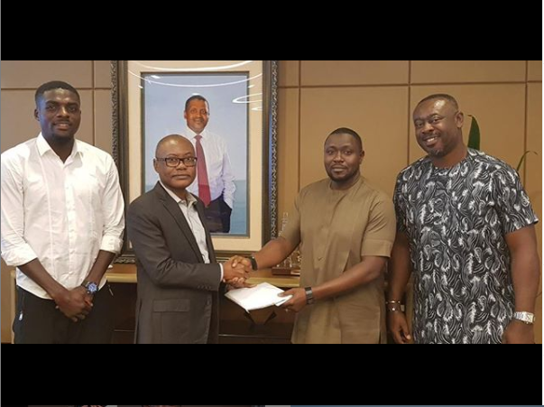 #AFCON2019: Aliko Dangote redeems pledge of $50,000 per goal to Super Eagles (Photo)