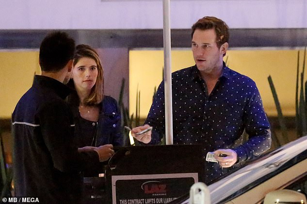 Actor Chris Pratt and wife Katherine Schwarzenegger share steamy kiss after their dinner date in Malibu (Photos)