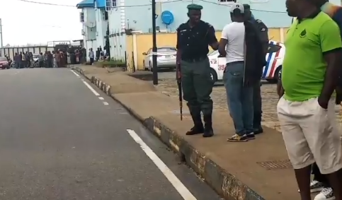 Breaking: EFCC raids Akinwunmi Ambode?s residence (video)