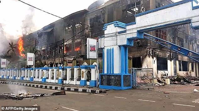 More than 270 inmates who fled for their lives during a prison fire return to finish their sentences in Indonesia?(Photos)