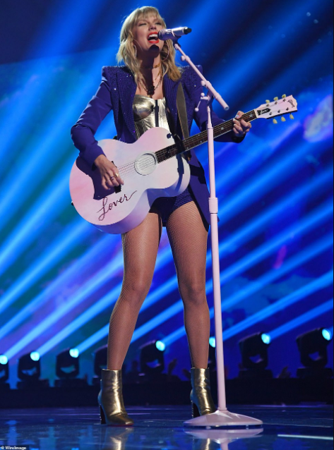 Taylow Swift wows the crowd with her performance at the MTV VMAs (video)