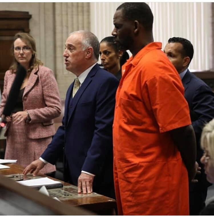 Photos+Video: R. Kelly handcuffed in court - Adomonline.com