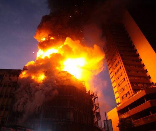 Update:?Policeman dies as burning building collapses in Lagos