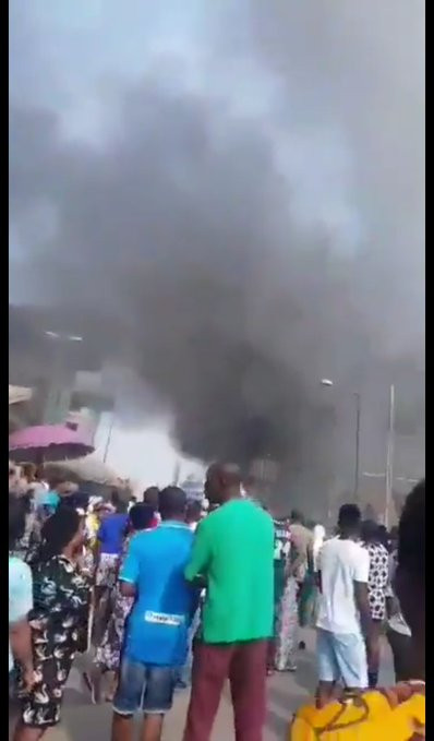 Fire razes Tejuosho market in Lagos (video)