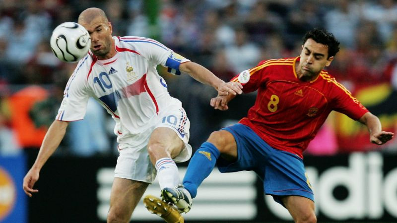 Football lovers... Between Zidane or Xavi who was your favorite midfielder (see tweets)