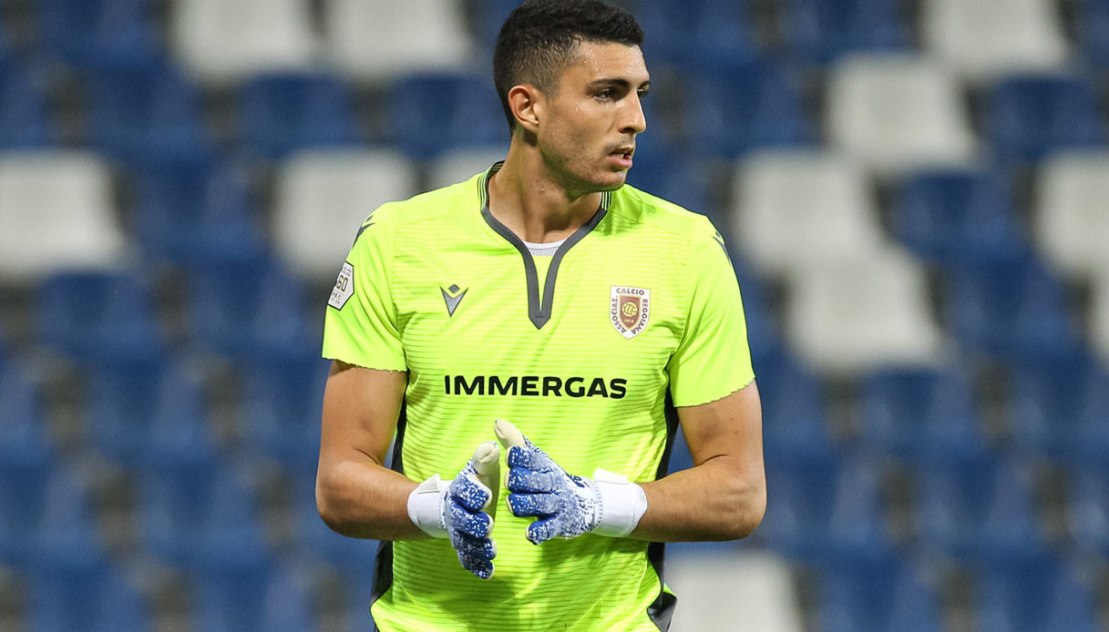 Italian goalkeeper suspended by his club after he was caught having
