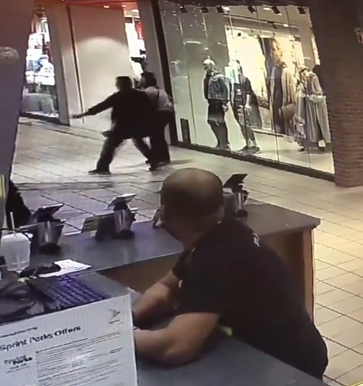 Brave woman fights off a robber who attacked her in a mall
