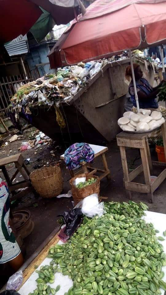 Food stuff being sold near pile of rubbish in Calabar (photos)