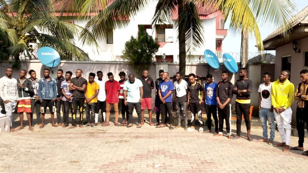 EFCC bursts Yahoo-Yahoo Academy in Akwa Ibom, arrests students and teachers (photos)