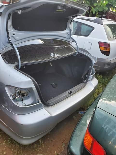Thieves vandalize vehicles at a car shop in Lagos (photos)