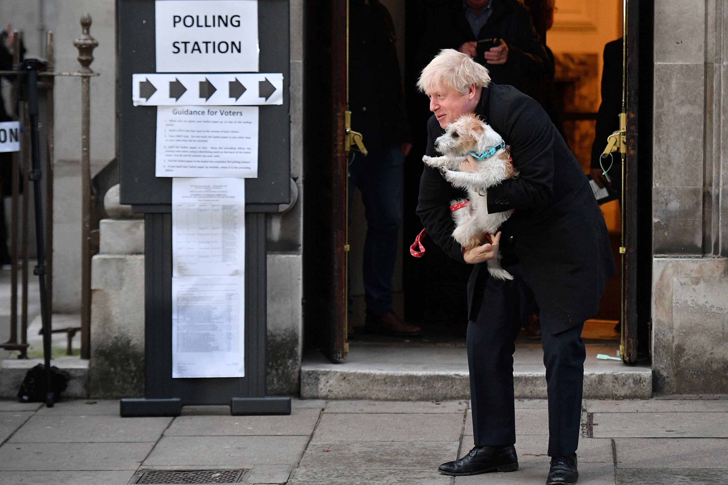 Boris Johnson takes his dog to polling booth for UK elections today (photos)