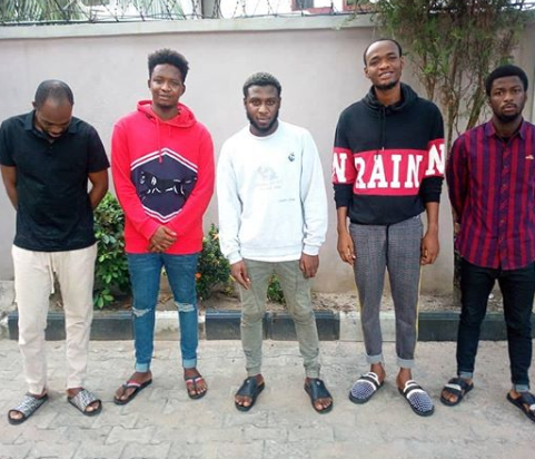 Suspected Yahoo boys smile while posing for the camera after court convicts them of cyber crimes (photo)