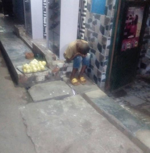 Sad photo of a young hawker forced to endure cold, hunger at night because he was allegedly warned by his aunt not return home until all the oranges are sold off