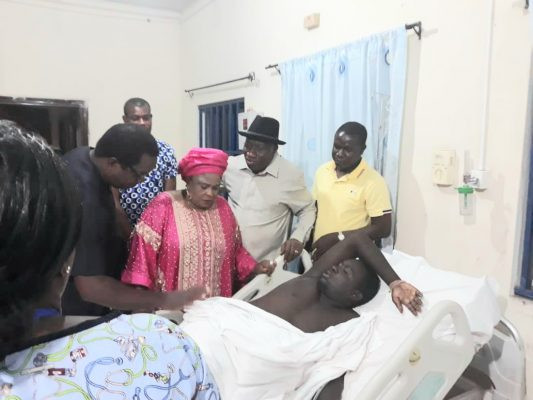Goodluck Jonathan visits soldier injured during gunmen?s attack at his Bayelsa home