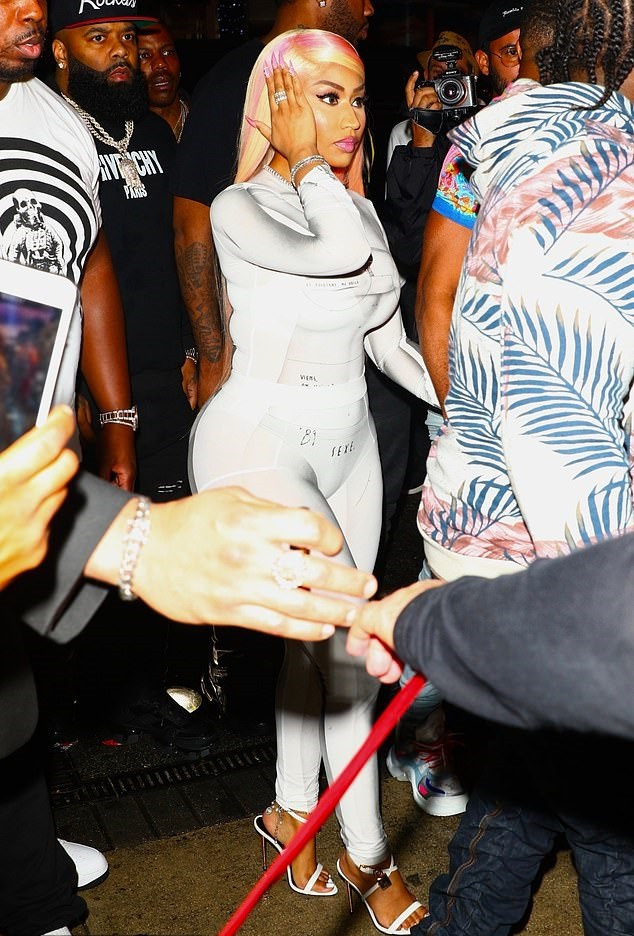 Nicki Minaj goes clubbing with her husband (Photos)