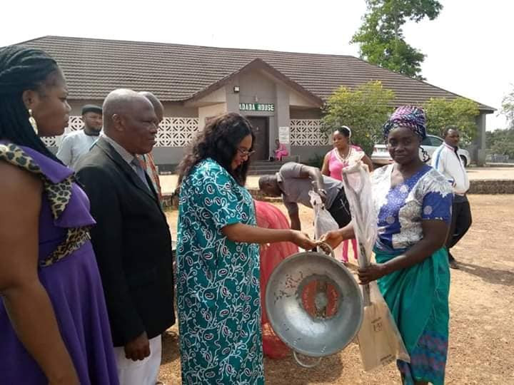 Enugu local government chairman allegedly empowers women with head pans and shovels (photos)