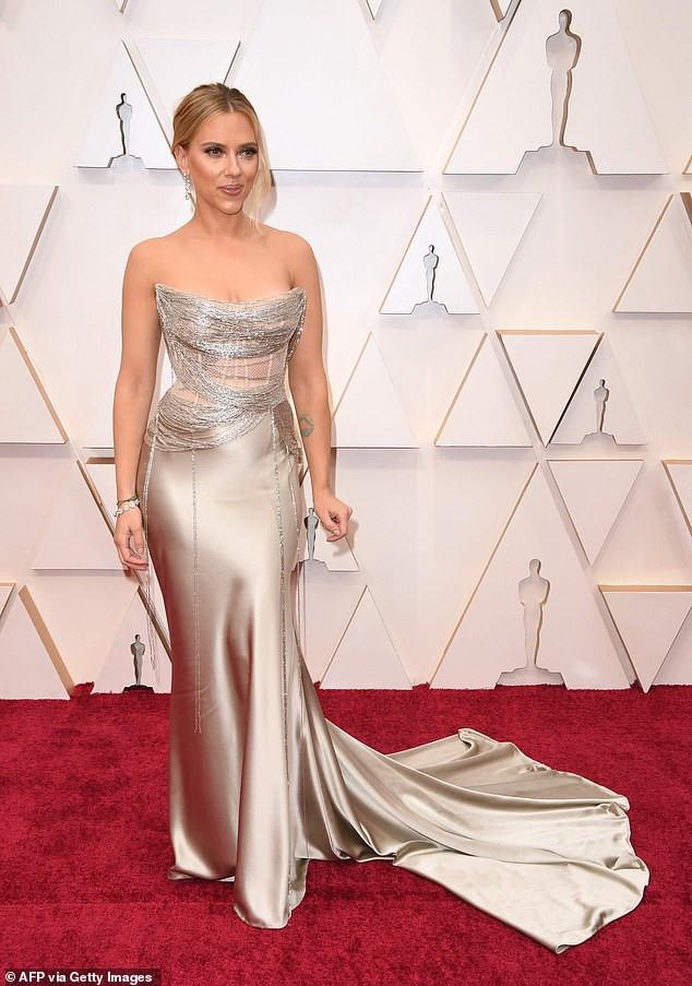 Actress Scarlett Johansson donned $2.5 million worth of diamond jewelry to the Oscars (Photos)
