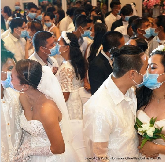 Coronavirus? 220 Filipino couples kiss while wearing face masks at a government-sponsored mass wedding (photos)