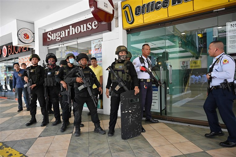 One shot and 30 people held hostage in a mall?by