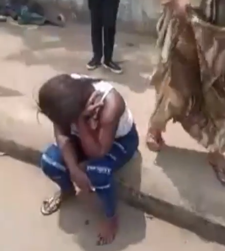 Mentally challenged man stabs lady in Benin (video)