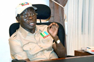 Oshiomhole begs for forgiveness, asks aggrieved APC members to withdraw court cases against him