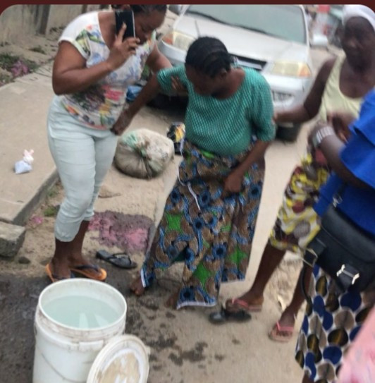 Woman gives birth to a baby girl in the middle of the road in Egbeda (video)
