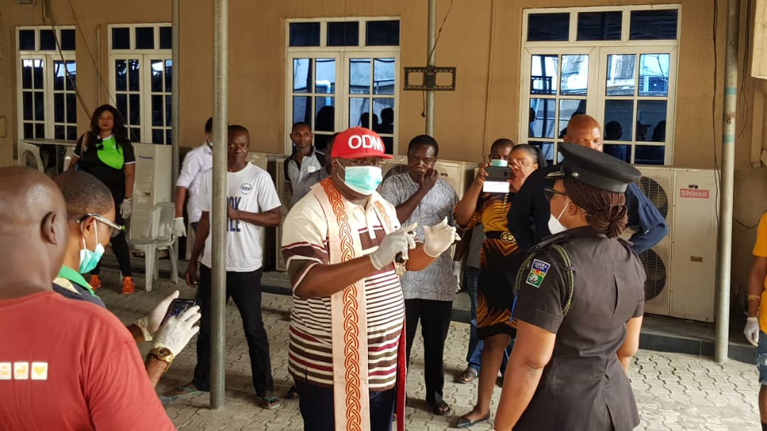 Covid-19: ODM Publsiher, Bishop Dr Chris Kwakpovwe gives out palliatives to hundreds of his community residents in LAGOS (photos)