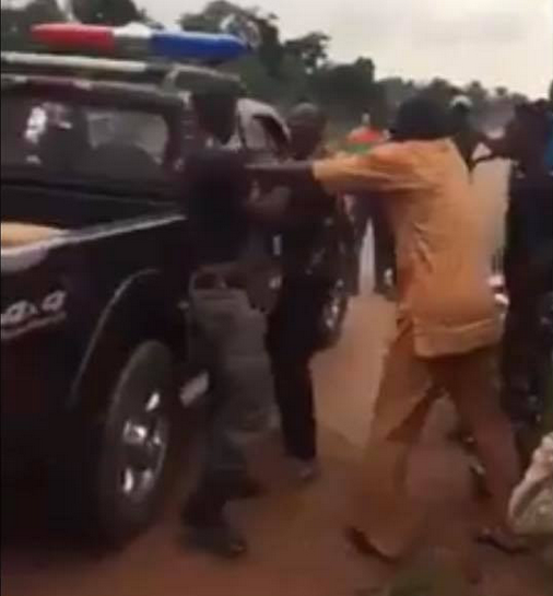 Policemen fight dirty in Edo State (video)