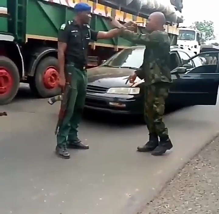 Soldier and mobile police officer fight eachother over superiority (video)