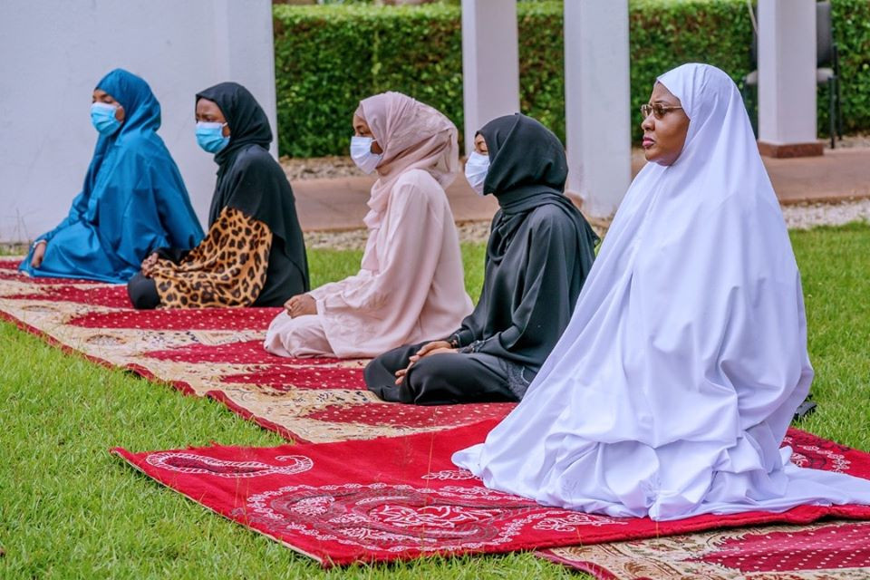 President Buhari celebrates Eid-el-fitr with his immediate family in the statehouse (photos)
