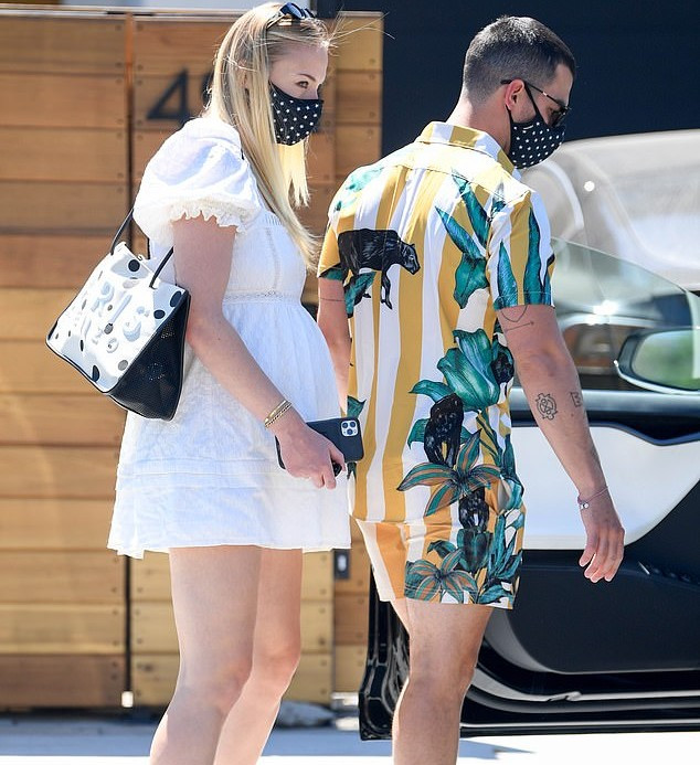 Sophie Turner put her growing baby bump on display while out for a lunch date with husband Joe Jonas (photos)