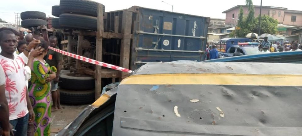container falls on bus in Lagos