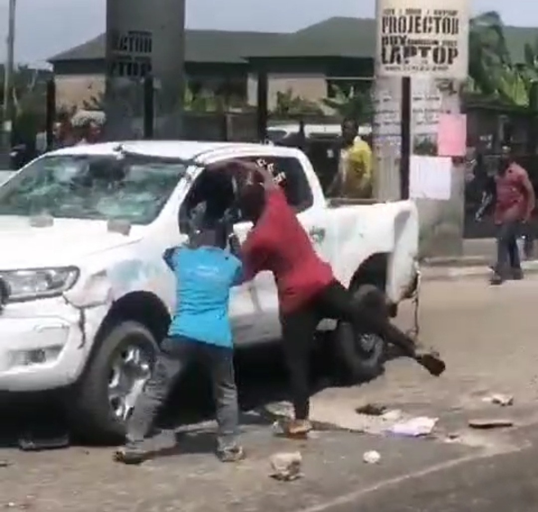Youths in Rivers destroy vehicle belonging to the state task force after it allegedly caused an accident that claimed a man