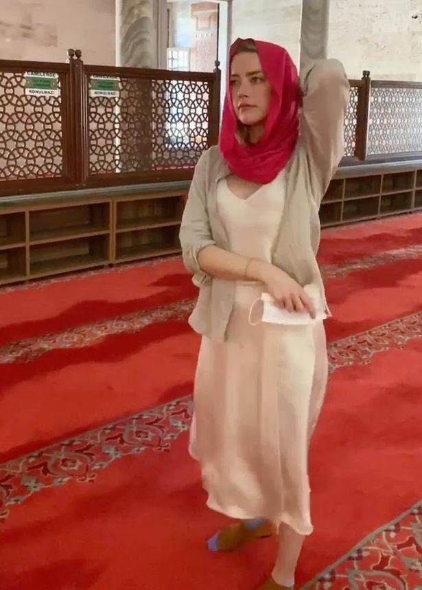 Amber Heard hits back after being slammed for not wearing a bra while she visited a mosque (photos)